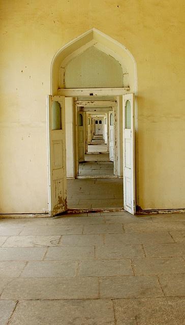 hallway to empty rooms via Tipvon