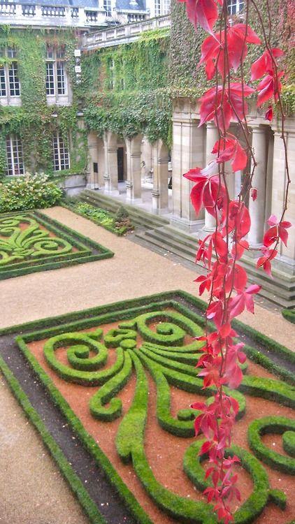 audreylovesparis:      Courtyard at Musée Carnavalet, Paris