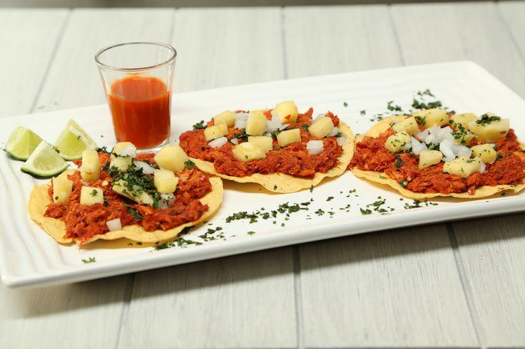 Deliciosas tostadas de atún al pastor ideales para compartir con tus invitados. Prueba esta deliciosa receta y sorprende a todos.