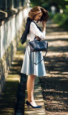 白とアイスブルー、ネイビーの3色でまとめた、女性らしいスタイル。色使いがシンプルなぶん、ポインテッドトウパンプスをはじめ、長め丈のスカート、小さめサイズのバッグなど、旬のアイテムを投入しています。パンプスのスエード素材や肩にかけたカーディガンで、秋らしさもプラス。ブレスレットは、バッグの金具のゴールドとリンクさせて、リッチ感をアップ」