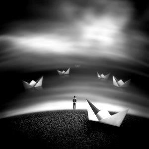 Ο ναυαγός Επιπλέει πάνω σε ωκεανούς μιας καρδιάς πάλλουσας, κύματα γεννιούνται και ξεσπούν ακανόνιστα, δεν είναι ετούτη μια καρδιά γλυκανάλατη, οι χτύποι της δεν είναι ψιλοβρόχι, είναι βροντές πάνω σε κύματα αγριεμένα...Ένας φάρος κι ένας άνθρωπος, δυο μικρές κι ασήμαντες κουκκίδες στον ωκεανό, που αιώνια θ' αποζητούν το εγγύτερα, ατελεύτητα θα μοχθούν, να σηκώσουν, τις άγκυρες.Σ.