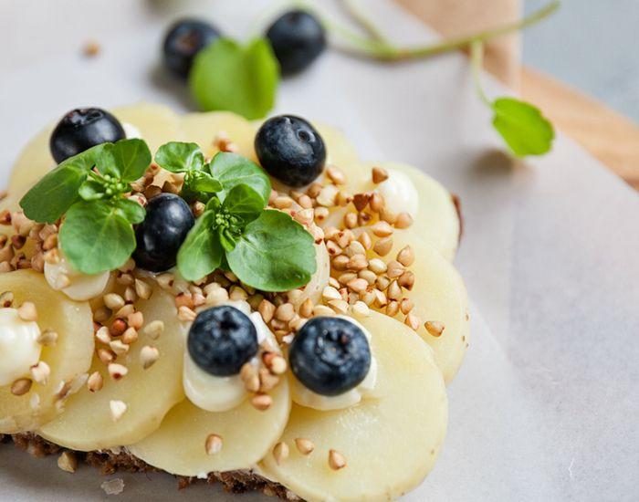 Kartoffelmad med boghvede, brøndkarse og blåbær