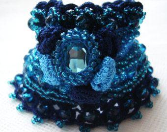 Crochet el brazalete ganchillo azul brazalete, pulsera de ganchillo, pun ¢ o incrustaciones de cristal, pun ¢ o de la declaración, puños de encaje de ganchillo, pulsera brazalete bordado del grano