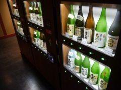 東京の両国に珍しい自販機が登場 その自販機とは利き酒が楽しめる自販機なんです 設置されているのは-両国- 江戸NOREN内の東京商店 内10蔵の銘柄を常に30種類用意していて呑みたい銘柄のボタンを押すと日本酒を杯円で楽しめるそうですよ これはぜひ試してみたいものです tags[東京都]