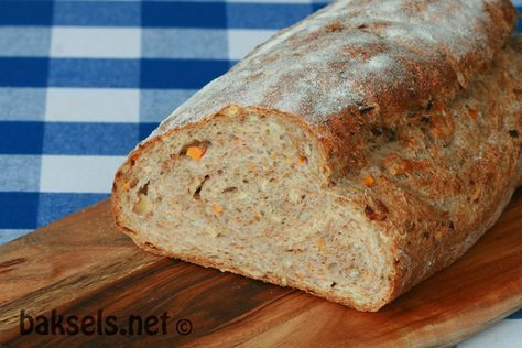 Wortelbrood In Scandinavië kan je er bijna niet omheen: wortelbrood. Toen we thuis kwamen van vakantie en de moestuin veel kleine, kromme worteltjes leverde, bleek dat deze perfect waren voor het maken van dit lekkere brood http://www.baksels.net/site/wortelbrood/ #scandinavian #gulrotbrød #recept #bakken