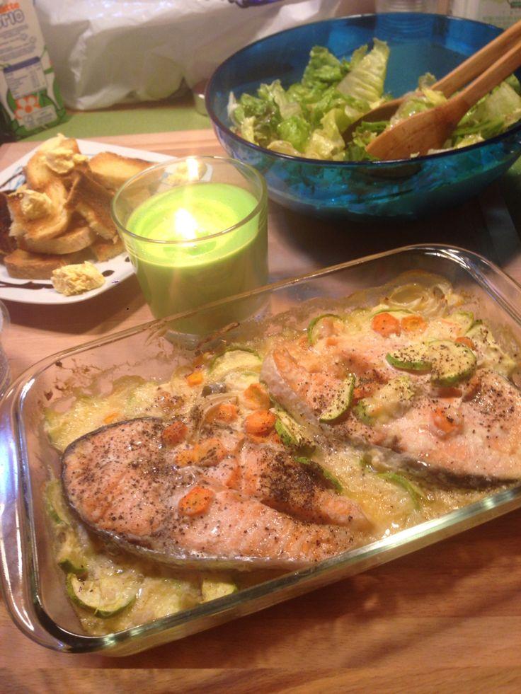 Salmone su letto di besciamella,zucchine e carote accompagnati con dei crostini di pane e crema di salmone!