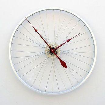 Orologio con ruota di bicicletta - Il riciclo creativo è la soluzione ideale per arredare casa strizzando l'occhio all'ambiente e al proprio portafoglio. Le idee da cui trarre ispirazione sono davvero tantissime, alcune bizzarre e piuttosto stravaganti, altre più semplici ma d'effetto. I materiali e gli oggetti da recuperare e da trasformare sono intorno a noi, basta avere un pò di fantasia e il gioco è fatto. Un cerchione della bicicletta può diventare l'orologio da parete del soggiorno…