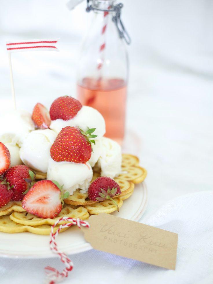 Uusi Kuu -blogi waffles with strawberries and ice cream