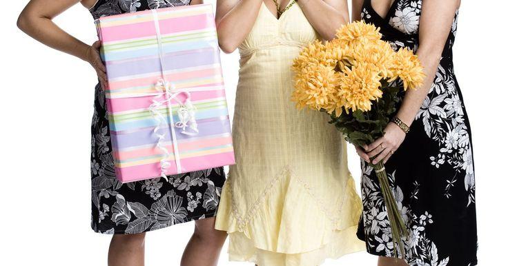 Cómo pedir dinero para un regalo de baby shower. Los amigos y parientes regularmente llevan a cabo una reunión para una mujer (o pareja) antes de su boda o antes de que nazca su bebé. Llenan a la novia o a la futura madre con atenciones y regalos y mejoran las buenas noticias. Muchas novias modernas registran los regalos, así como las futuras madres. Sin embargo, algunas novias en espera y ...
