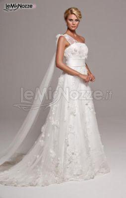http://www.lemienozze.it/operatori-matrimonio/vestiti_da_sposa/linea-spose-di-elena-belardinelli/media/foto/24 Vestito da sposa monospalla con ricami e velature.