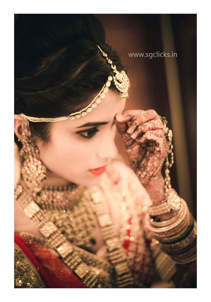 Beautiful and elegant bride , Sheel, a perfectionist design consultant from ahmedabad, gujarat getting ready for her big day. #sgclicks #ashusheel #amdavad6 #candid #wedding #bride #gettingready