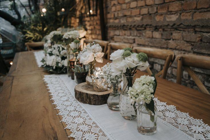Centro de mesa com vasinho e greenery e branco