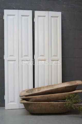 Set luiken 80037 - Set prachtige origineel oude houten luiken. De witte luiken hebben een mooie strakke vormgeving.