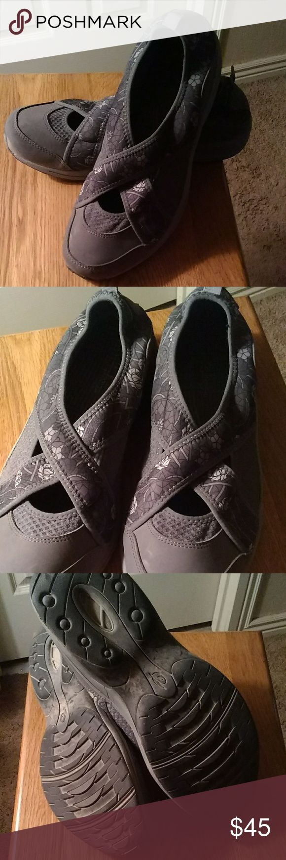 LAST PRICE DROP Easy spirit slip on EUC...cute gray slip on with flower print very comfy. Easy Spirit Shoes Flats & Loafers