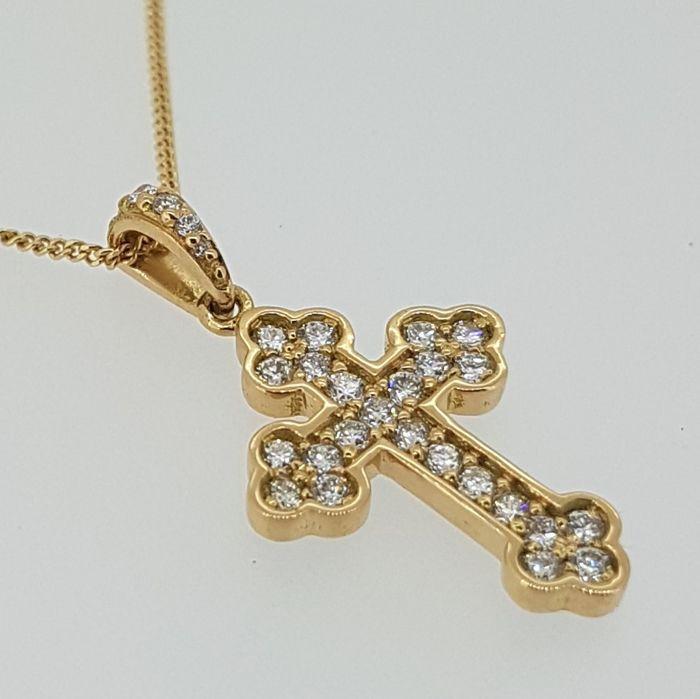 Diamond kruis in rood goud met 28 diamanten  Een mooie budded diamant kruis in Zweedse rode goud.Dit stuk gaat met elke outfit en heeft een zeer fraai design met diamanten klimmen helemaal rond de lus.Dit Kruis is gekleed met 28 briljant geslepen witte diamanten.25 x 0 01ct briljant geslepen diamanten.2 x 0004ct briljant geslepen diamanten.1 x 0005ct Brilliant cut diamond.Deze tegenhanger is 236 mm in lengte 128 mm in de breedte en de hoogte is 15 mmDit stuk weegt rond 13 gram met een…