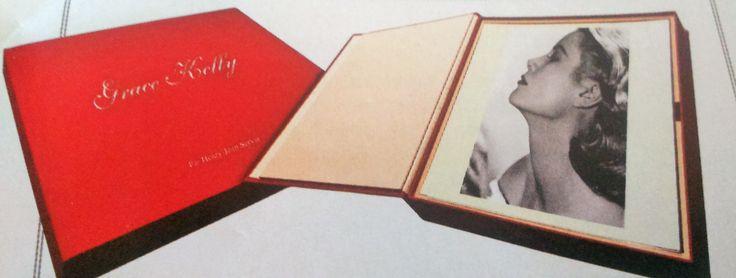 Voici un ouvrage événement dans le paysage littéraire franco-monégasque. Pour commémorer les soixante ans du mariage de Grace Kelly et du prince souverain Rainier III de Monaco (le 19 avril 1956), Frédéric Lecomte-Dieu, spécialiste des grandes sagas américaines, livre un coffret collector publié aux éditions Multiprint Monaco. Ce livre objet..