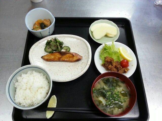 6月18日。ぶりの照り焼き、鶏レバーの唐揚げ、生揚げと小松菜の煮物、じゃが芋の味噌汁、りんごです♪
