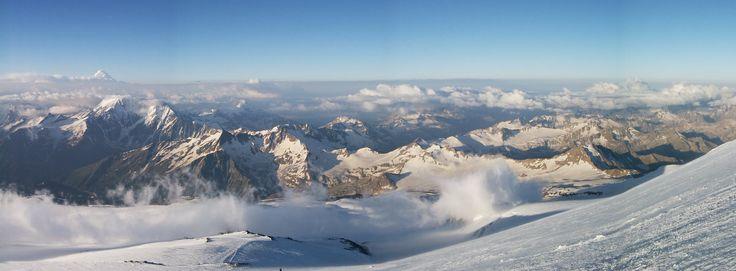 Nuvens da manhã com vista do sul, a partir  do pico do Monte Elbrus. O Monte Elbrus tem 5.642 m e é considerado a montanha mais alta da Europa. É um pico situado nas montanhas do Cáucaso ocidental, na Rússia, perto da fronteira com a Geórgia.    Fotografia: Gergely Pirovich.
