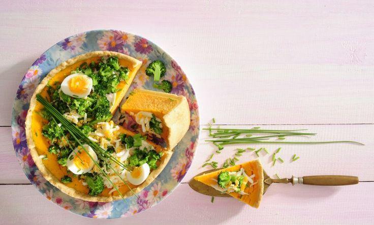 Niezwykły, bo wytrawny sernik o niezwykle wiosennym wyglądzie. Poza sezonem na młode warzywa można użyć małych marcheweczek sprzedawanych w opakowaniach.