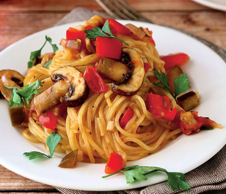 Spaghete pe farfurie langa servet in decor rustic