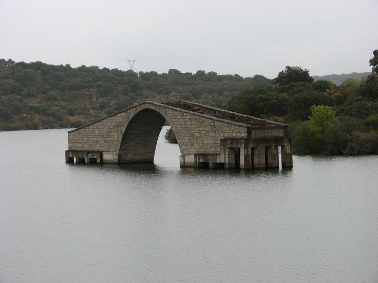 El Puente romano sobre el río Alagón fue rescatado de una forma original de quedar sumergido por las aguas del embalse de Guijo de Granadilla montándolo sobre pilares de hormigón armado. Recibe el nombre en la zona de Pontón y data del siglo II.