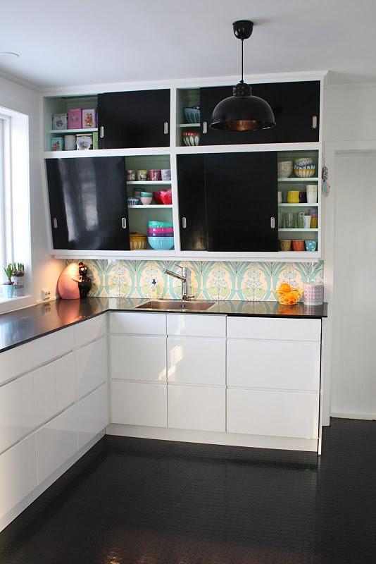 køkken.  I like the idea of sliding upper doors so you don't hit your head!