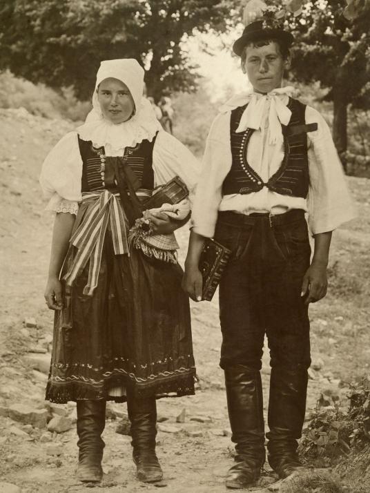 伝統衣装を着たスロバキアの花嫁と花婿。ボヘミアで撮影。(PHOTOGRAPH B...