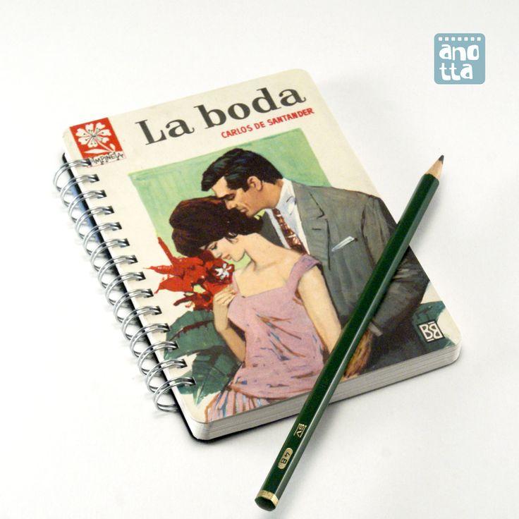 Libreta hecha a mano reciclando la portada de una vieja novela rosa.