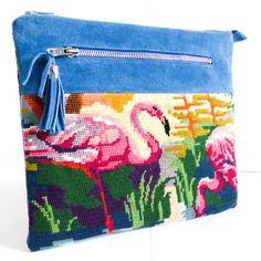 Pochette en canevas et cuir bleu motif flamand rose