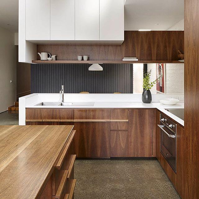 Contraste de branco com madeira deixam a cozinha mais sofisticada por AM Architecture (www.inandoutdecor.com.br) #inandoutdecor White contrast with wood leave the kitchen more sophisticated by #amarchitecture