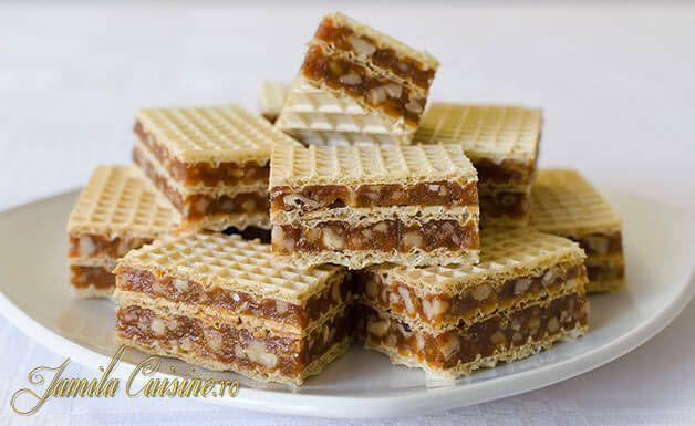Reteta de napolitane cu caramel si nuca este preferata sotului meu, este foarte usor de facut si este super delicioasa. Pentru reteta de napolitane cu caram