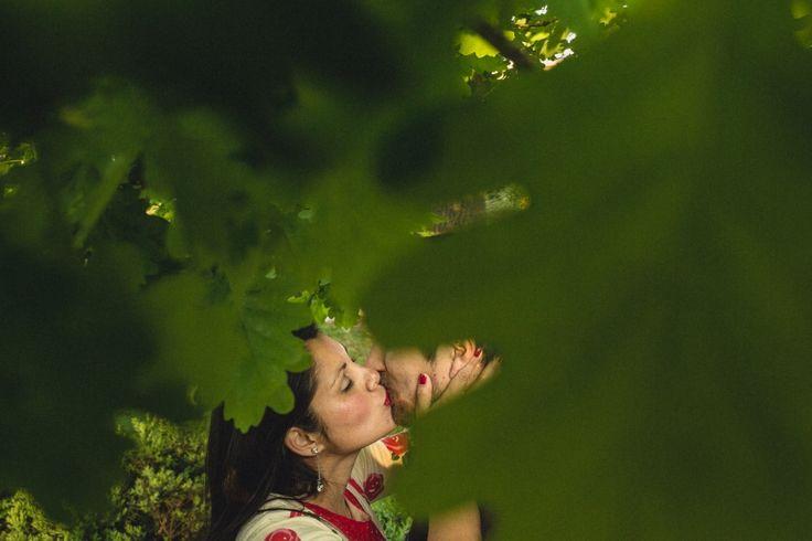 Preboda novios en Parque, Parque Nuestra señora de Gabriela, fotógrafo matrimonio Santiago, Fotógrafo matrimonio Viña, fotógrafo matrimonio Concepción, novios besándose debajo de un árbol