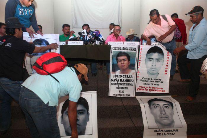 MÉXICO, D.F. (apro).- Padres de familia de normalistas de Ayotzinapa acusaron a la Procuraduría General de la República (PGR) de encubrir a efectivos de la Policía Federal (PF) y de la Secretaría d...