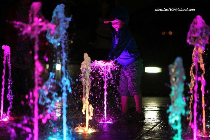 Plac Wodny, fontanna.   The Wodny Square, fountain. #zamość #zamosc #fountain #colours #water #lubelskie #evening #kids #polska #poland  #visitpoland #polska #seeuinpoland