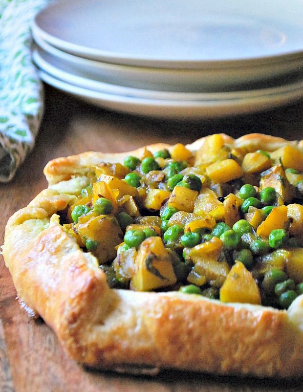 Savoury Samosa Galette for easy fall entertaining. #recipe #vegetarian