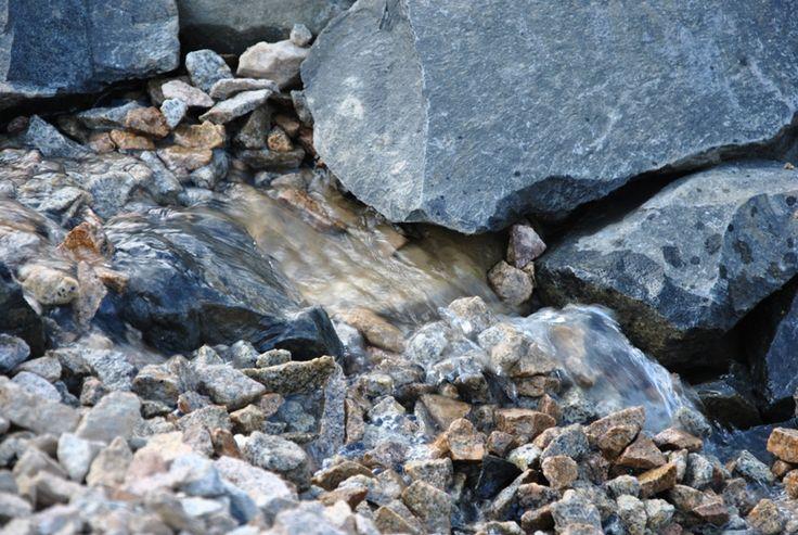 Umělý potok mezi jezírky