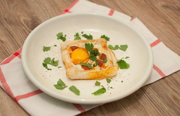 Ontbijttaartjes met chorizo en ei; een lekker gerechtje voor bij het ontbijt of brunch. Supersimpel om te maken en snel klaar. Ook lekker met tomaat.