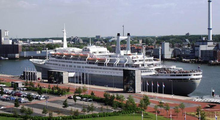 Slapen op het SS #Rotterdam! Het vlaggenschip van de Holland Amerika Lijn met bestemming New York heeft jarenlang de wereldzeeën bevaren maar is tegenwoordig een gracieuze overnachtingsplek. #origineelovernachten #reizen #origineel #overnachten #slapen #vakantie #opreis #travel #uniek #bijzonder #slapen #hotel #bedandbreakfast #hostel #camping #hollandamerikalijn