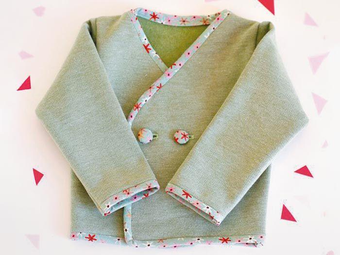 """Veronika vom Blog """"I wear my own"""" liebt es, für die Kleinsten zu nähen. Sie zeigt uns, wie man ein süßes Baby-Jäckchen mit Knöpfen näht. Das ist so hübsch, dass man am liebsten selbst wieder ein Baby wäre. Viel Spaß beim Nähen!"""