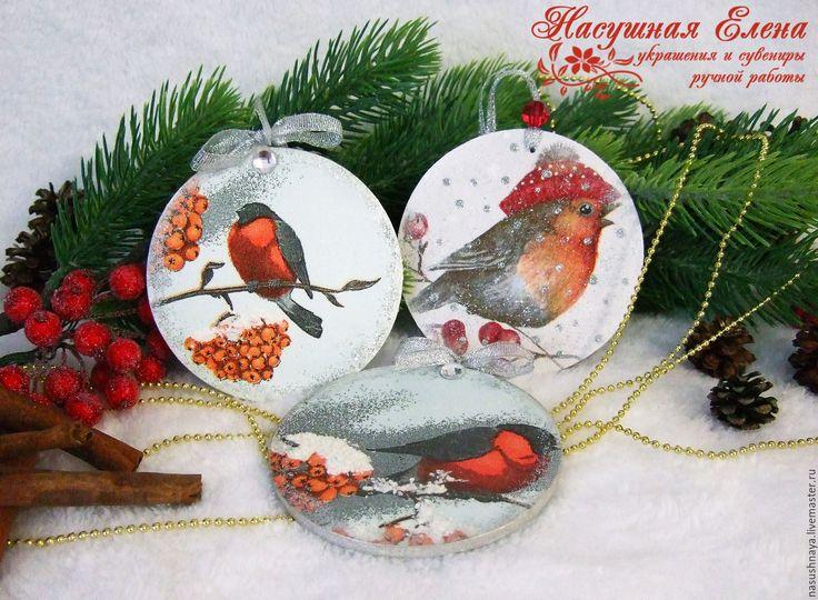 Купить или заказать елочные украшения круглые подвески декупаж в интернет-магазине на Ярмарке Мастеров. Круглые подвески на елочку с различными новогодними персонажами украсят вашу новогоднюю красавицу и станут приятным сюрпризом для близких. На подвеске изображены снегири, снеговики, ангелочки, дед Мороз и праздничные кексы. Есть Подвески с изображением Санты и маленьких гномов, а так же подвески - шапки. Фото есть в блоге www.livemaster.ru/topic/1505549-elochnye-ukrasheniya?i…