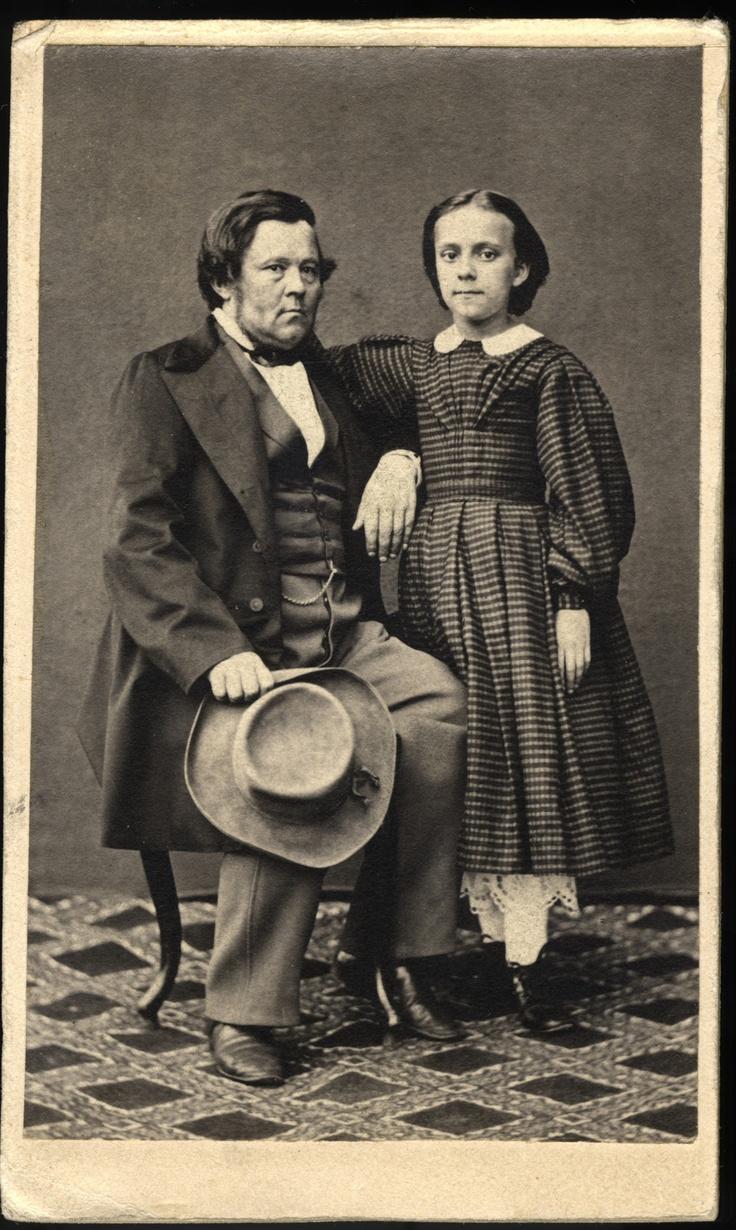 Augusta Johnson ja Gustaf Wilhelm Johnson. Minna Canthin sisar ja isä. Kuva on otettu todennäköisesti vuosien 1860 ja 1862 välisenä aikana. Kuvaajaa ei tiedetä.