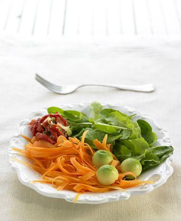 Ensaladada de espinacas,con zanahoria, tomates secos y aguacate