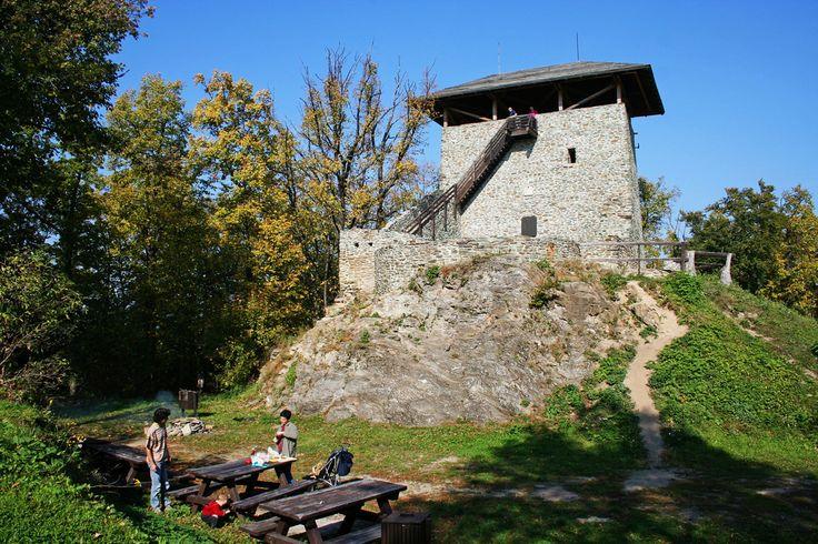 Óház-tető – Kőszegi-hegység - Fotó: Írottkő Natúrpark - A 609 méter magas Óház-tetőn épült, valószínűleg határőrizeti céllal, a XIII. században Kőszeg első vára, Castrum Kwszug, melyről valószínűleg később a város is kapta a nevét. A XIV. században aztán, az Alsóvár (Jurisics-vár) létrejöttével fokozatosan elveszítette jelentőségét. A vár helyén később több kilátó is épült, a jelenlegi toronyvár-kilátót 1996-ban adták át.