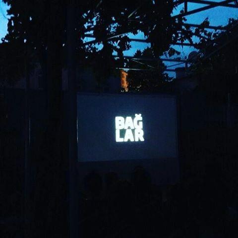 Belgefîlm. Bağlar belgeseli Pale Sanat açık hava sinemasında yoğun katılım ve ilgiyle izlendi. Yönetmenler #BerkeBaş #MelisBirder ile bugün saat 11.00 da film atölyesi yapılacaktır. #palearthouse #palehuner #palesanat #sinema #film #belgesel #sanat #kamera #kadraj #cinema #açıkhavasineması #izleyici #kéşan #çand #huner #kültür #bakış http://turkrazzi.com/ipost/1523791564371255990/?code=BUlmFq6FeK2