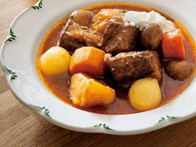 栗原 はるみさんの牛肩ロースを使った「ビーフシチュー」のレシピページです。時間をかけてじっくり煮込んだビーフシチューは、大きめ野菜やお肉が存在感たっぷり!クリスマスにぴったりのごちそうです。 材料: 牛肩ロース、小たまねぎ、にんじん、ブラウンマッシュルーム、じゃがいも、にんにく、ローリエ、セロリの葉、赤ワイン、ドミグラスソース、A、手づくりサワークリーム、塩、こしょう、小麦粉、サラダ油、バター