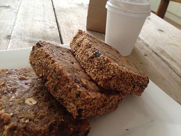 Deze week verraste een goede vriendin me aangenaam! Ze had zelf iets lekkers gemaakt voor bij de koffie. Ik nam een hap van een onwijs lekkere – ja, hoe zal ik het noemen? – koek, cake, brood. Het was zoet, … Continue reading →