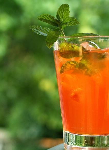 Aperitivo Analcolico alla Pesca Bimby50g caster sugar - 300 gr Yellow peaches - 4 mint leaves washed and dried - 4 ice cubes - 800 gr cold green tea