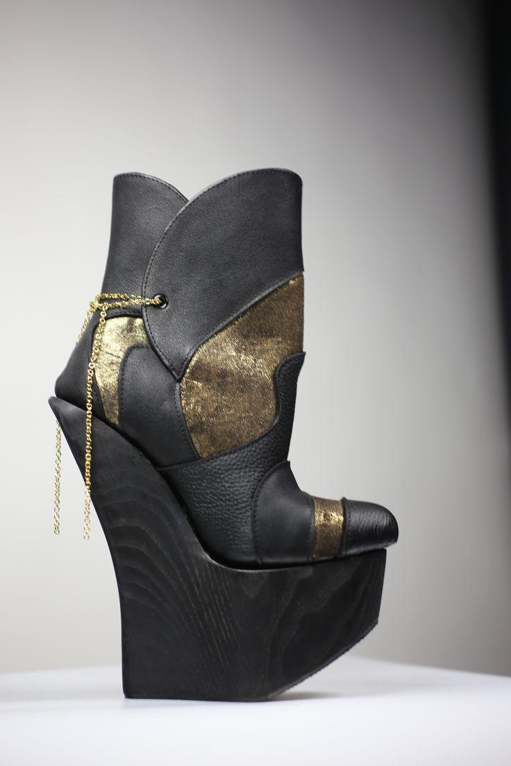Kultakenkä! High heels! Black and gold!