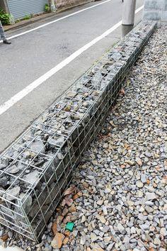 石を詰めた蛇籠で、敷地の境界線を作っている。 …