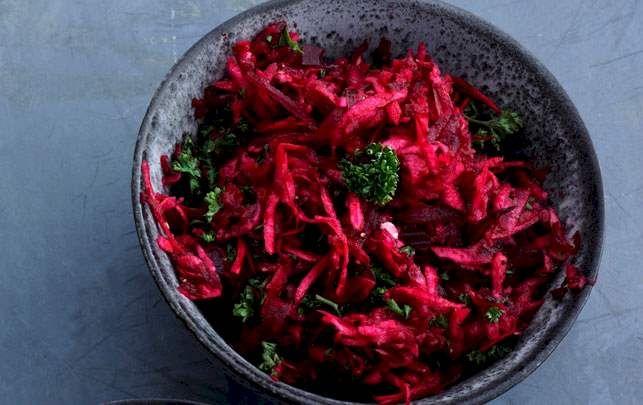 Frisk rødbedesalat fyldt med smag fra årstidernes råvarer.
